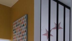Création d'une cloison avec verrière pour une chambre enfant dans cette maison à la Côte Pavée